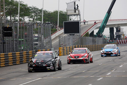 Tom Boardman, SEAT Leon WTCC,  Special Tuning Racing leads Alexey Dudukalo, SEAT Leon WTCC, Lukoil Racing Team