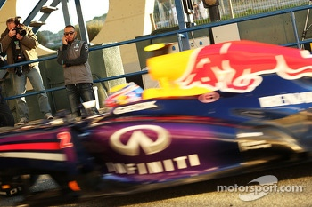 Lewis Hamilton, Mercedes AMG F1 watches Mark Webber, Red Bull Racing pass in the pits