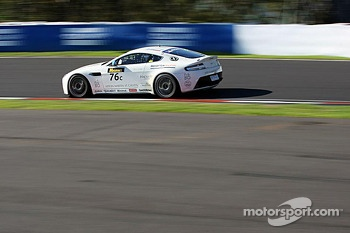 #76 Aston Martin Vantage GT4: Andreas Baeneiger, Florian Kamelger, Chris Porritt