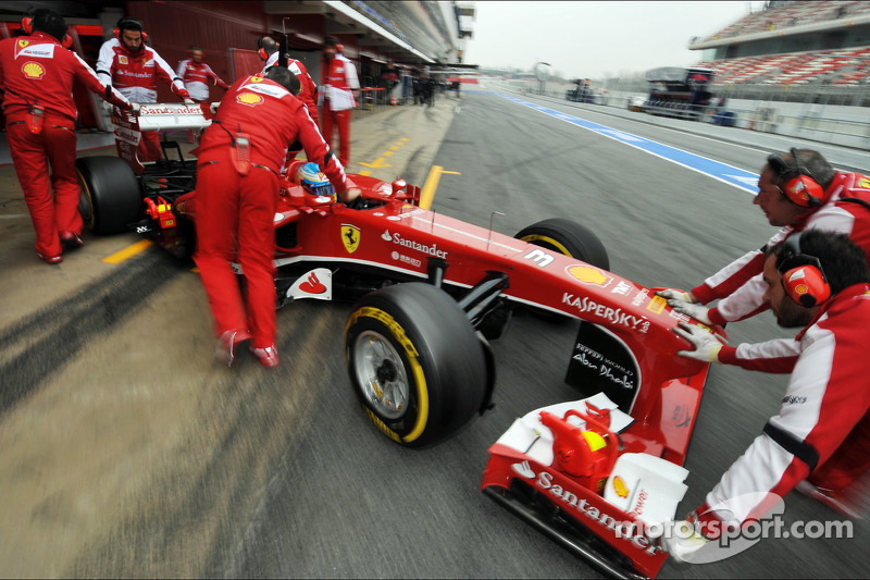 Fernando Alonso, Ferrari F138 in the pits