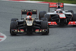 Romain Grosjean, Lotus F1 E21 leads Jenson Button, McLaren MP4-28