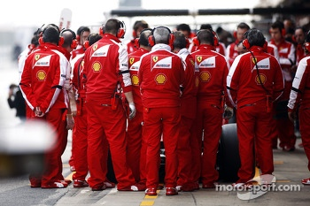 Ferrari mechanics hide the Ferrari F138