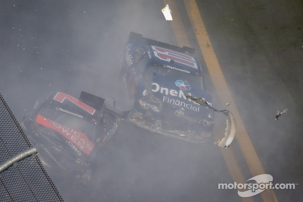 Last lap crash: Elliott Sadler and Regan Smith crash