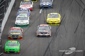 Danica Patrick, Stewart-Haas Racing Chevrolet leads the field