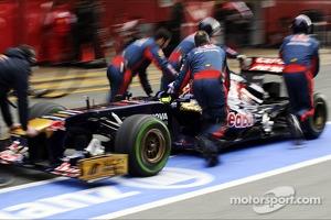 Daniel Ricciardo, Scuderia Toro Rosso STR8 in the pits