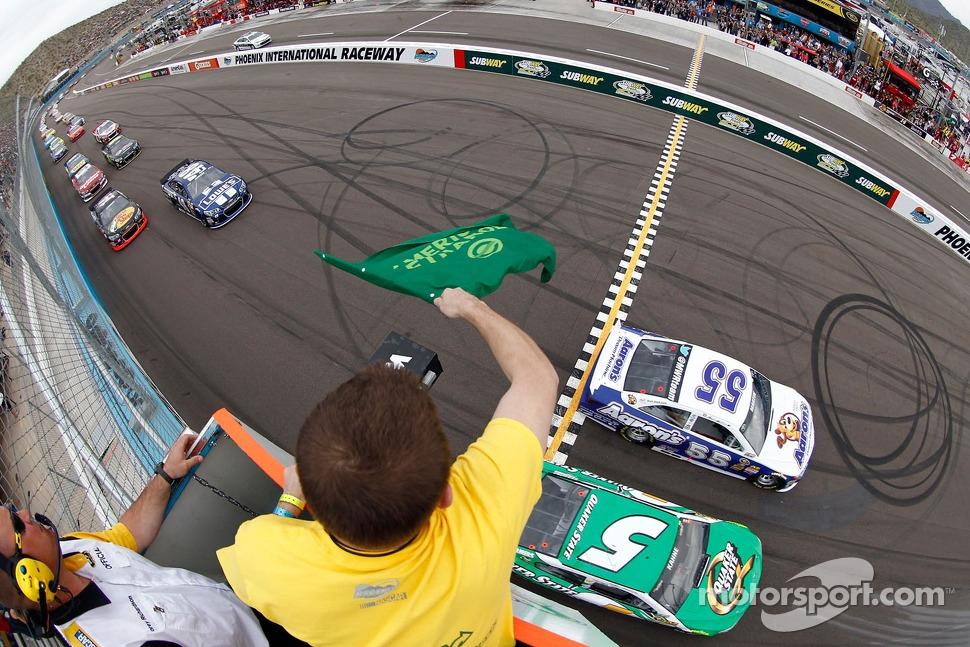 Start: Mark Martin, Michael Waltrip Racing Toyota leads