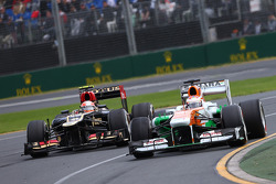 Paul di Resta, Sahara Force India VJM06 and Romain Grosjean, Lotus F1 E21 battle for position