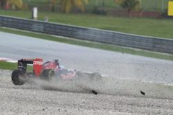 Daniel Ricciardo, Scuderia Toro Rosso STR8 spins off in the wet on the sighting lap