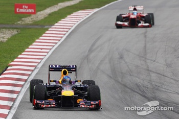 Sebastian Vettel, Red Bull Racing RB9 leads Fernando Alonso, Ferrari F138 with a damafed front wing