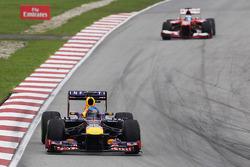 Sebastian Vettel, Red Bull Racing RB9 leads Fernando Alonso, Ferrari F138 with a damafed front wing