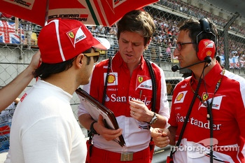 Felipe Massa, Ferrari and Rob Smedley, Ferrari Race Engineer on the grid