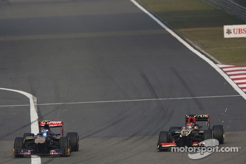 Daniel Ricciardo, Scuderia Toro Rosso STR8 and Kimi Raikkonen, Lotus F1 E21 battle for position