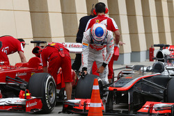 Jenson Button, McLaren MP4-28 in parc ferme
