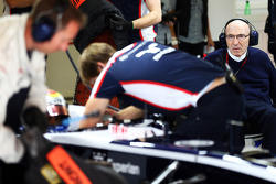 Frank Williams, Williams Team Owner watches Pastor Maldonado, Williams in the pits