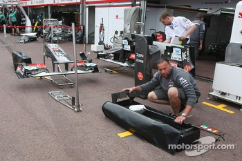 Sauber F1 Team mechanics with bodywork in the pits