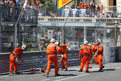 Marshals tend to the crash of Pastor Maldonado, Williams FW35 which stopped the race