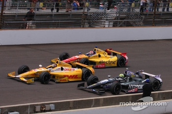 Tony Kanaan and Carlos Munoz pass Ryan Hunter-Reay on the restart