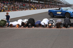 Race winner Tony Kanaan, KV Racing Technology Chevrolet kisses the yard of bricks