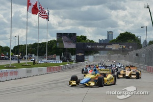 Start: Mike Conway, Dale Coyne Racing Honda leads