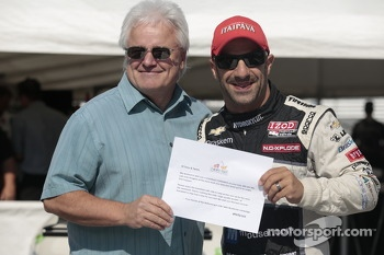 Tony Kanaan receives his Indy 500 Milk Certificate