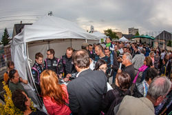 Pontlieue hairpin recreation event: Olivier Pla, Bertrand Baguette and Alex Brundle sign autographs