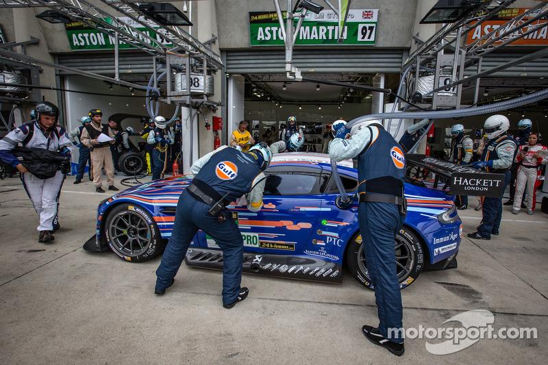 Pit stop for #97 Aston Martin Racing Aston Martin Vantage GTE: Darren Turner, Stefan Mücke, Peter Dumbreck