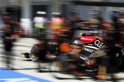 Romain Grosjean, Lotus F1 E21 makes a pit stop