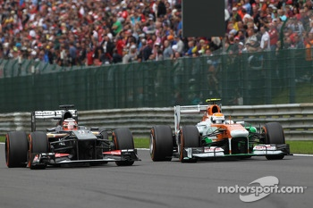 Nico Hulkenberg, Sauber and Adrian Sutil, Sahara Force India battle for position