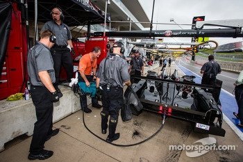 #551 Level 5 Motorsports HPD ARX-03b HPD: Scott Tucker, Ryan Briscoe comes back in the pit with one wheel missing