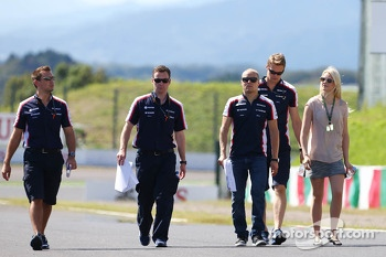 Valtteri Bottas, Williams walks the circuit with girlfriend Emilia Pikkarainen, Swimmer and the team