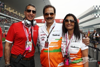 (L to R): Subrata Roy Sahara, Sahara Chairman with his wife Swapna Roy, and Rajan Bharti Mittal, Bharti Enterprises Vice Chairman and Managing Director, on the grid