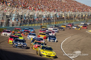 Restart: Matt Kenseth, Joe Gibbs Racing Toyota leads the field