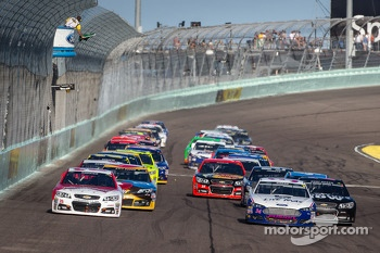 Restart: Kevin Harvick, Richard Childress Racing Chevrolet and Casey Mears, Germain Racing Ford lead the field