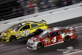 Kevin Harvick, Stewart-Haas Racing Chevrolet and Matt Kenseth, Joe Gibbs Racing Toyota