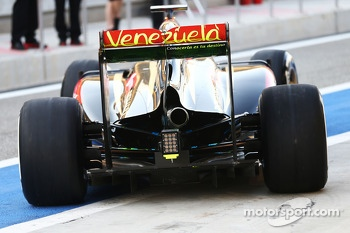Pastor Maldonado, Lotus F1 E21 with flow-vis paint on the rear wing and the exhaust positioned off-centre