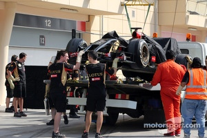 Pastor Maldonado, Lotus F1 Team stops on track
