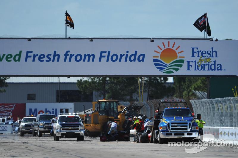 Clean up of the crashed #38 Performance Tech Motorsports ORECA FLM09 Chevrolet: Charlie Shears, Raphael Matos, David Ostella