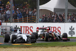 Valtteri Bottas, Williams FW36 and Romain Grosjean, Lotus F1 E22 battle for position