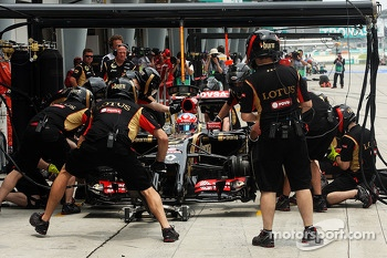 Romain Grosjean, Lotus F1 E22 practices a pit stop