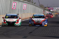 Tiago Monteiro, Honda Civic WTCC, Castrol Honda WTC Team and Tom Coronel, Cevrolet RML Cruze TC1, Roal Motorsport