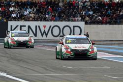 Tiago Monteiro, Honda Civic WTCC, Castrol Honda WTCC Team leads Gabriele Tarquini, Honda Civic WTCC, Castrol Honda WTCC Team