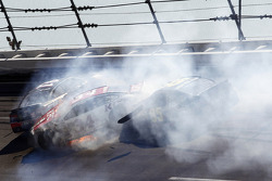 Crash for Kurt Busch, Stewart-Haas Racing Chevrolet, David Ragan, Front Row Motorsports Ford
