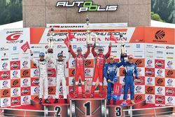GT500 podium: race winners Tsugio Matsuda, Ronnie Quintarelli, second place Masataka Yanagida, Satoshi Motoyama, third place Hironobu Yasuda, Joao Paulo de Oliveira