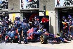 Jean-Eric Vergne, Scuderia Toro Rosso STR9 makes a pit stop