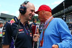 Christian Horner, Red Bull Racing Team Principal with Niki Lauda, Mercedes Non-Executive Chairman on the grid