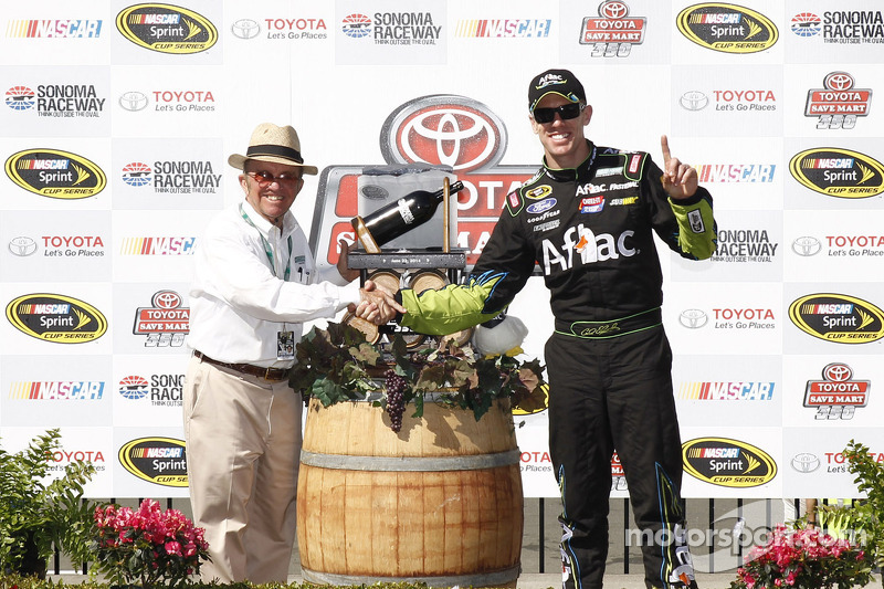 Race winner Carl Edwards, Roush Fenway Racing Ford with Jack Roush
