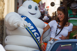 Bibendum gets up close and personal with a promo girl