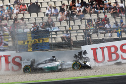 Lewis Hamilton, Mercedes AMG F1 W05 crashes out of the first session of qualifying