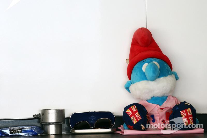 蓝精灵爸爸吉祥物——致敬约翰·巴顿,简森·巴顿的父亲,迈凯伦