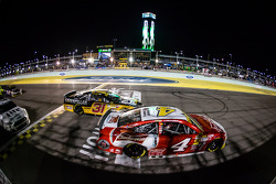 Restart: Kevin Harvick, Stewart-Haas Racing Chevrolet leads Ryan Newman, Richard Childress Racing Chevrolet